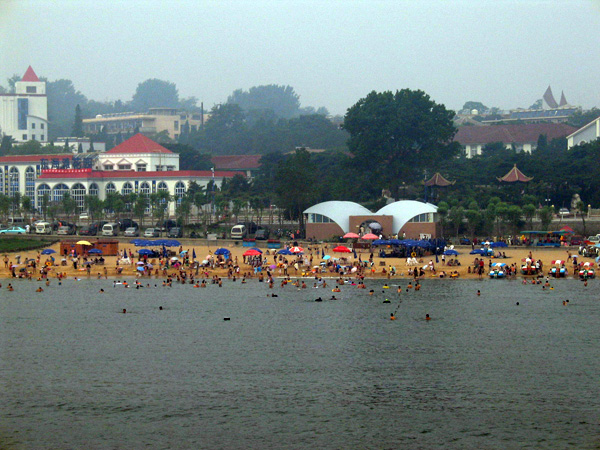 北戴河的海滨浴场是距北京最近的海滨,沙滩,海水滑梯,快艇,海上飞机